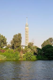 Cairo toren en rivier de nijl in greens