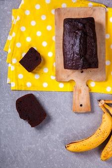 Cake, cupcake met bananen en chocolade. zelfgemaakte cakes