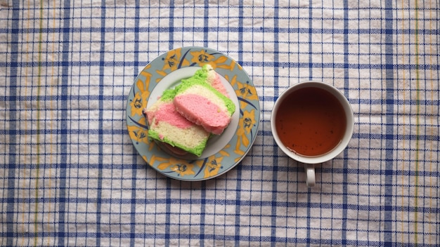 Cake en zoete thee op de eettafel