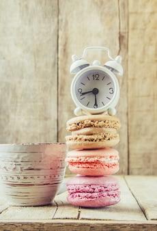 Cake geassorteerde macarons voor een geschenk. selectieve aandacht.