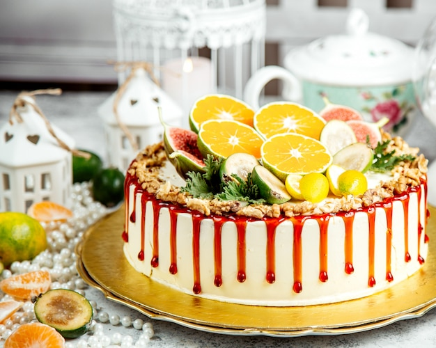 Cake gegarneerd met karamelsiroop en gesneden fruit