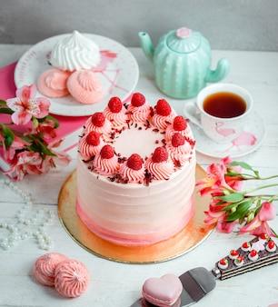 Cake geolied met witte room en gegarneerd met aardbeien
