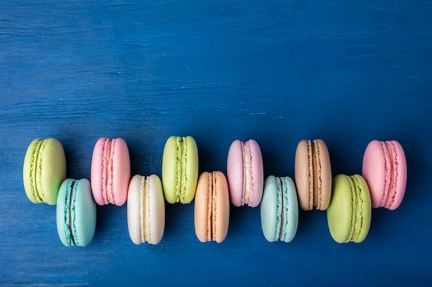 Cake macaron of macaron op blauw