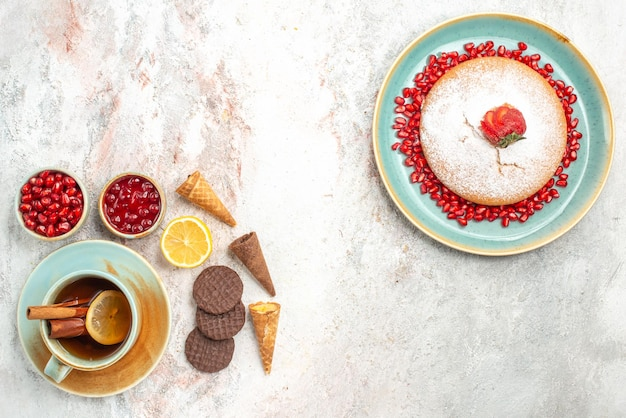 Cake met aardbeien de cake met granaatappel kaneel een kopje thee koekjes