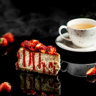 Cake met aardbeien en rode sirope
