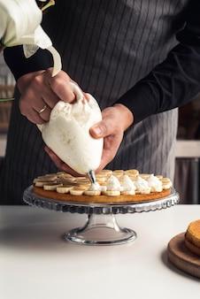 Cake met banaan en slagroom