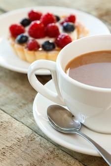 Cake met bessen en kopje koffie