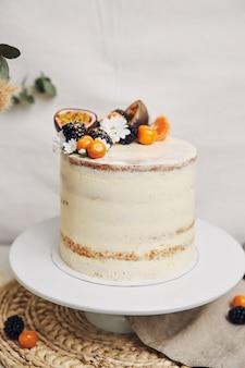 Cake met bessen en passievruchten naast een plant