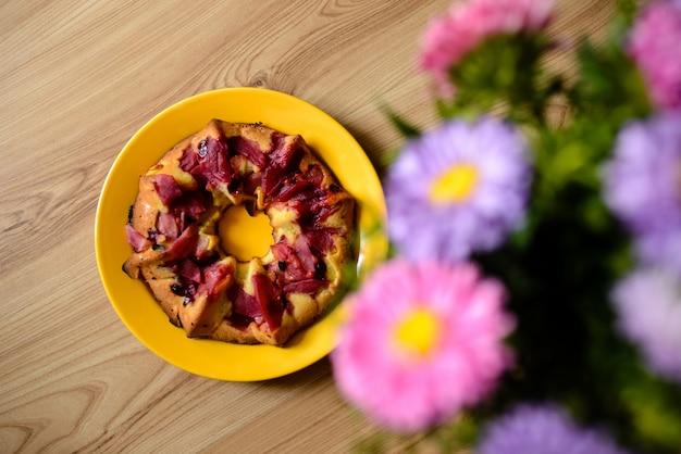 Cake met bloemen op de tafel.