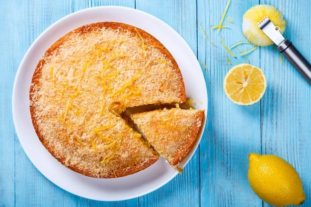 Cake met citroen en kokosnoot. zelfgemaakte cakes op een blauwe achtergrond.