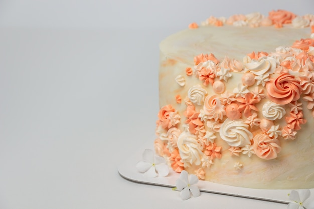 Cake met decoratie van roombloemen.
