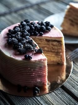 Cake met een roze tint met bosbessen