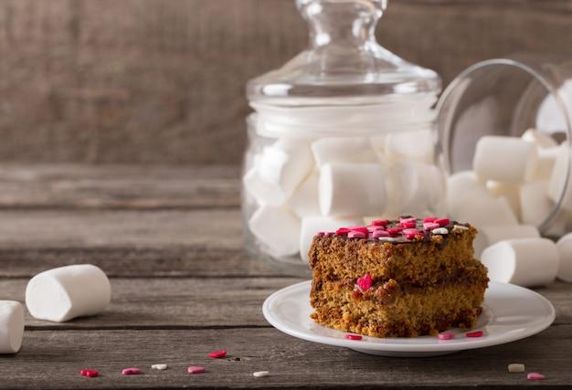 Cake met hartjes op houten achtergrond