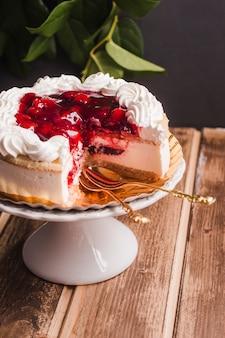 Cake met kersenjam op houten lijst