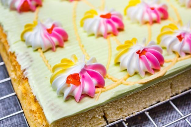 Cake met kleurrijke room en jam.