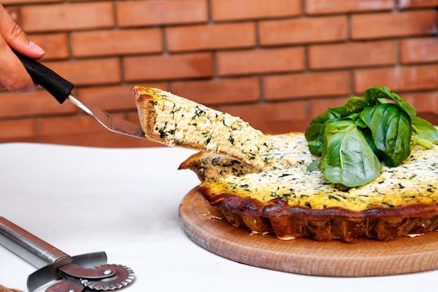 Cake met korte schors rode biet met tofu en spinazie versierd met basilicumblaadjes