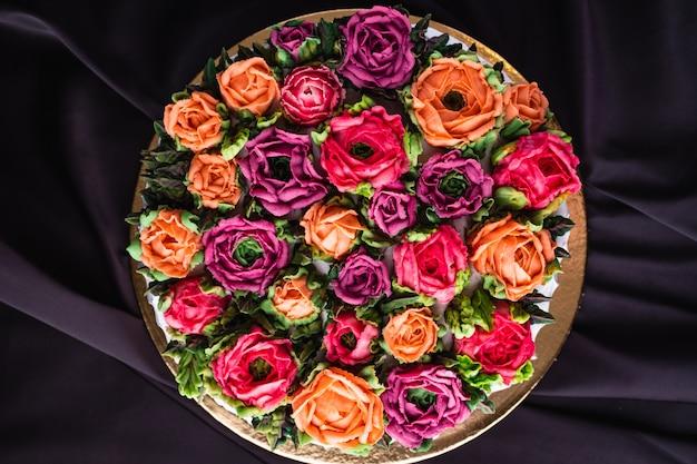Cake met roomkleurige rozen