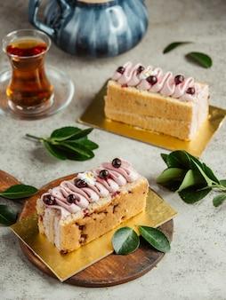 Cake met slagroom en bessen