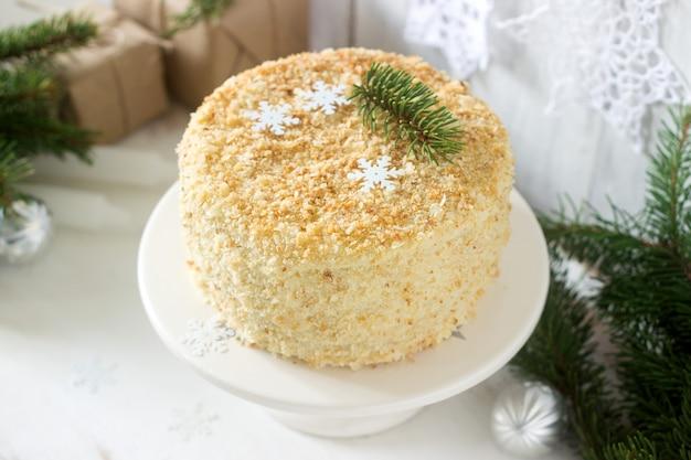 Cake napoleon in kerstmis of nieuwjaardecoratie op een licht