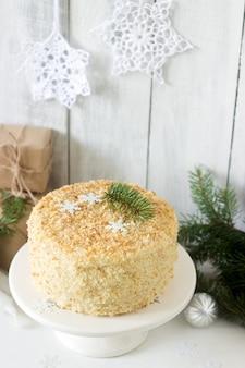 Cake napoleon in kerstmisdecoratie op een licht