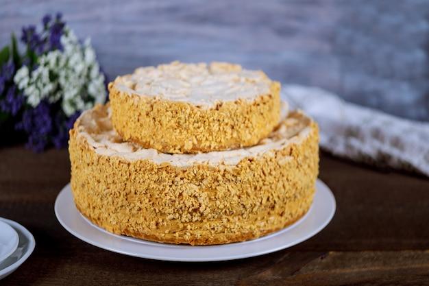 Cake napoleon met bloemen en witte platen