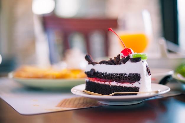Cake op de tafel bij het ontbijt cake op tafel bij het ontbijt