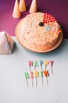 Cake op plaat met kleurrijke gelukkige verjaardagskaarsen op dubbele achtergrond