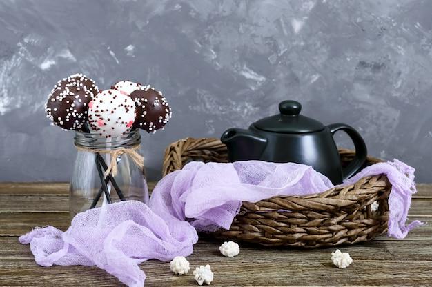 Cake pops. rond snoep op een stokje in chocolade glazuur.