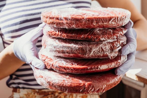 Cake rood fluwelen recept biscuit cakes, textuur, macro rode cakes in handen van patissier