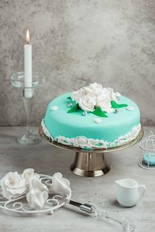 Cake versierd met mastiek en rozen