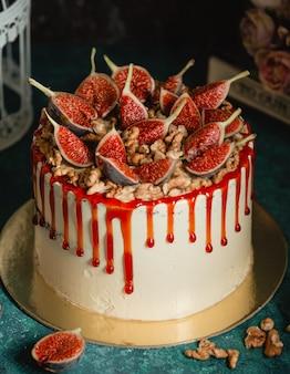 Cake versierd met walnoten en vijgen