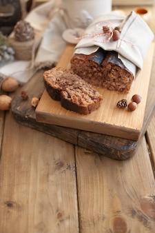 Cakebrood met noten en chocolade op een houten raad
