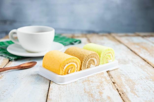 Cakebroodje op houten lijst