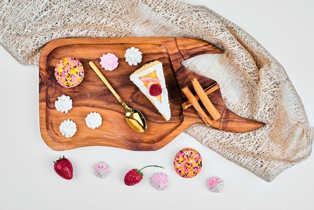 Cakeplak op een houten bord.