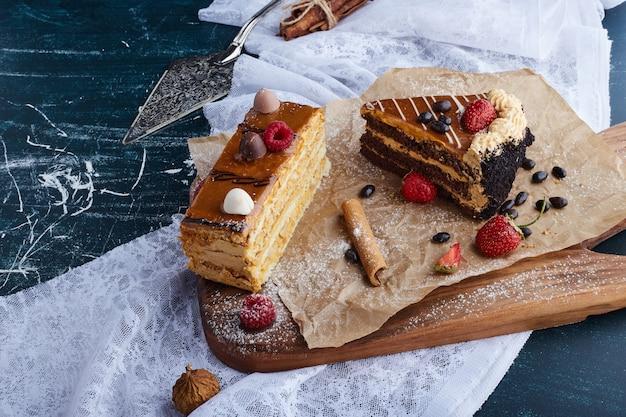 Cakeplakken op een houten bord.
