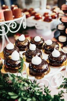 Cakes bedekt met ijs en kusjes