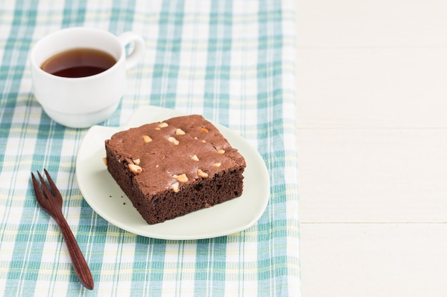 Cakeschocolade brownies op witte houten achtergrond