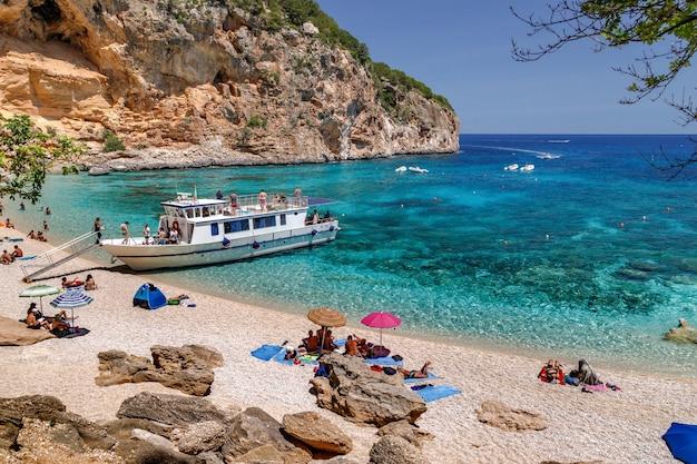 Cala biriola strand sardinië italië vakantie zee met kristalhelder azuurblauw water