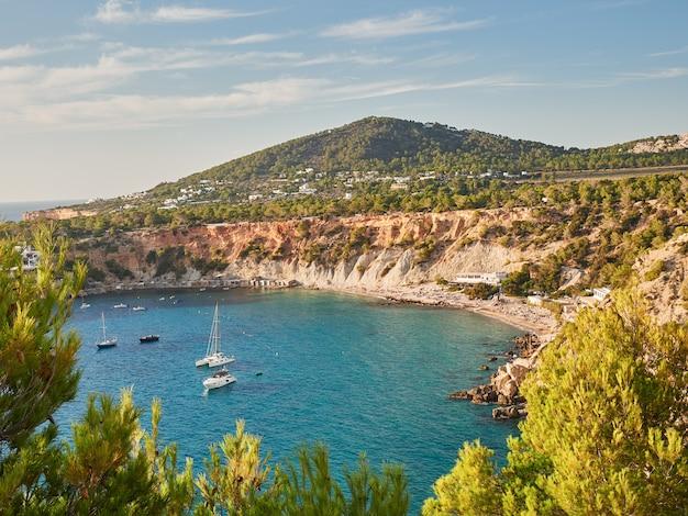Cala d'hort strand en natuurpark, ibiza, spanje