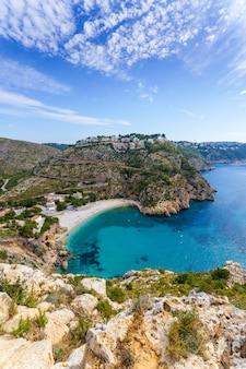 Cala granadella. zonnige dag in een kleine inham aan de middellandse zeekust van spanje. turkoois water.