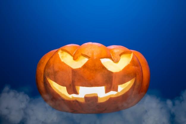 Calabazas de halloween met expresiones terrorificas en fondo de luces