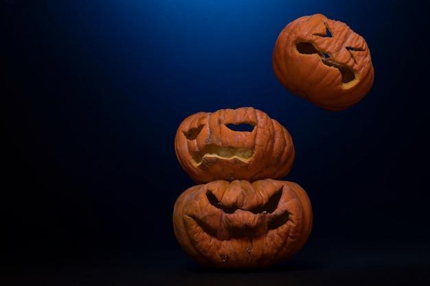 Calabazas talladas para halloween met fondo negro en luces de colores
