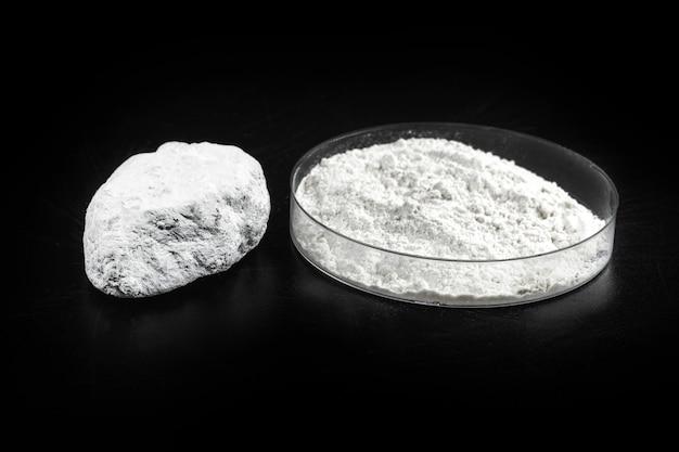 Calciumoxide, ook wel ongebluste kalk genoemd, ongebluste kalk. industrieel product gebruikt in de bouw