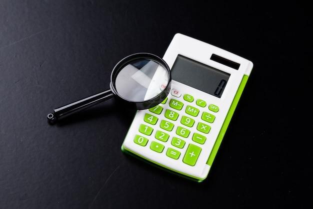 Calculator met een vergrootglas