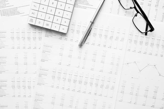 Calculator met pen op financiële gegevens. concept van zakelijk en financieel onderzoek.