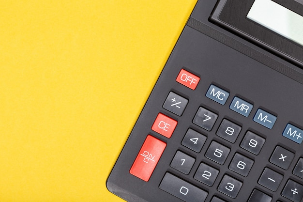 Calculator op gele achtergrond. economie of zakelijke concept achtergrond. kopieer ruimte