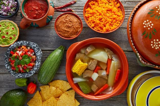 Caldo de res mexicaanse rundvleesbouillon in de tabel
