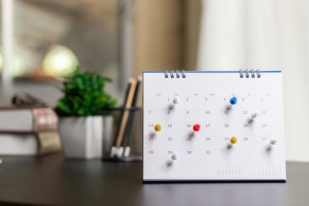 Calendar event planner is busy.calendar,clock om tijdschema in te stellen, schema te organiseren, planning voor zakelijke bijeenkomsten of reisplanningsconcept.