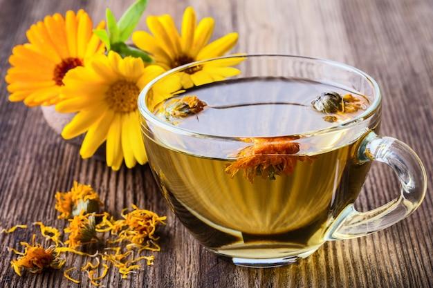 Calendula (goudsbloem) kruidenthee in glazen mok
