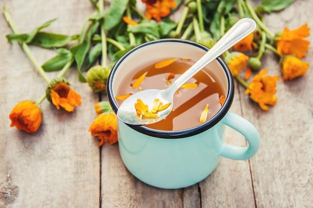 Calendula thee en bloemen. selectieve aandacht. natuur.